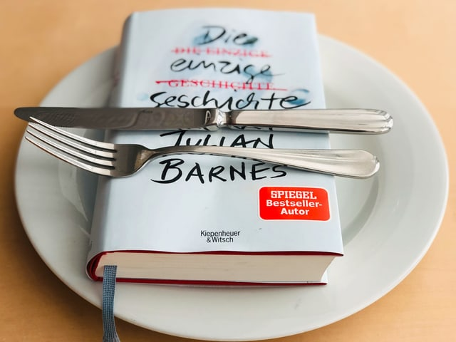 Der Roman «Die einzige Geschichte» liegt auf einem weissen Teller. Messer und Gabel sind quer darübergelegt.