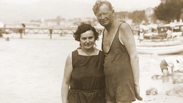 Schwarz-weiss Aufnahme des Paares Brupbacher in Badekleidung am Strand.