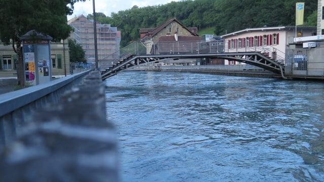 Blick auf die Aare. Im Hintergrund eine Brücke.
