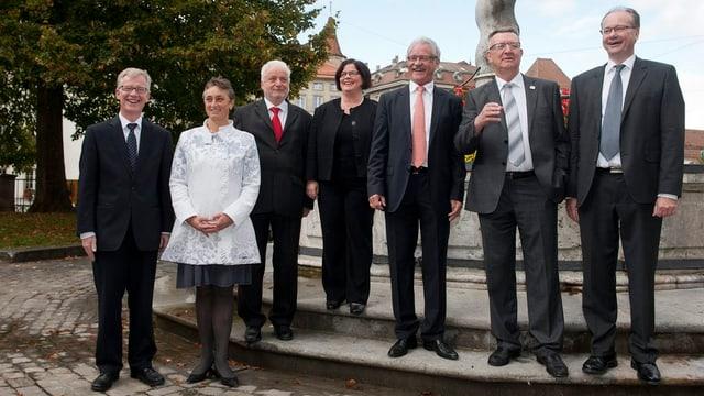 Die Freiburger Regierungsmitglieder stehen nebeneinander und lächeln.