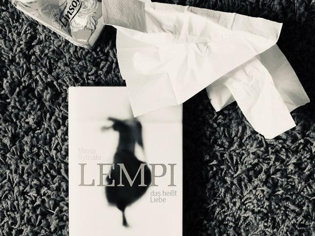 Der Roman von Minna Rytisalo: «Lempi das heisst Liebe» liegt auf einem Teppich