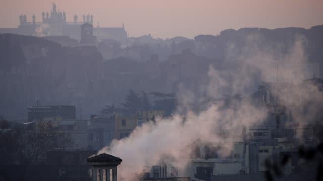 Rauch und Smog über Rom