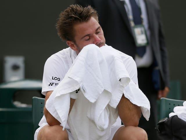 Stan Wawrinka trocknet sich mit einem Handtuch ab.