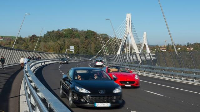 Autos sin ina punt d'autostrada.