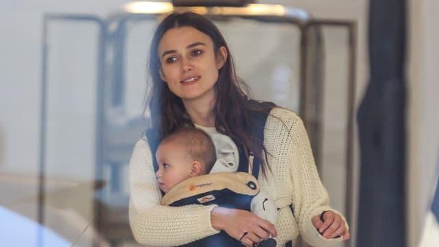 Keira Knightley trägt Tochter Edie vor sich her.