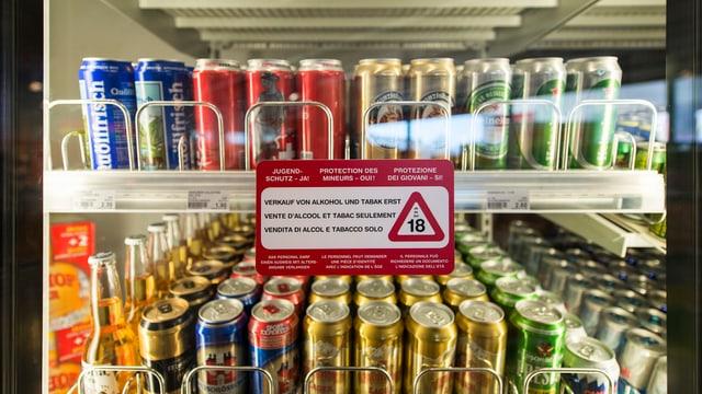 Ein Kühlschrank mit Bier in einer Tankstelle in Stans (Nidwalden)