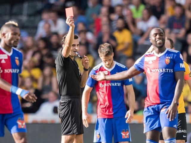 Eder Balanta vom FC Basel kassiert die rote Karte.