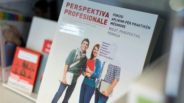 Fotografia d'ina broschura d'integraziun.