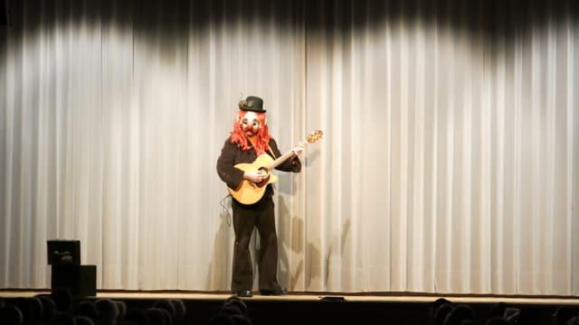Muser Schang auf der Bühne mit Gitarre