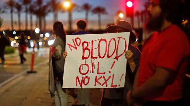 Protestler mit Schil und dem Text «No Bood. No Oil. No KXL»