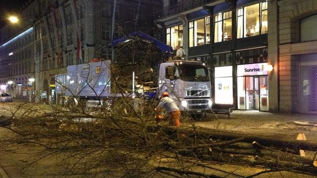 Arbeiter fällen in der Nacht Linden an der Zürcher Bahnhofstrasse