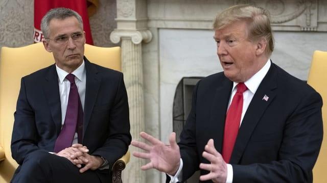 Donald Trump spricht mit Jens Stoltenberg im Weissen Haus.