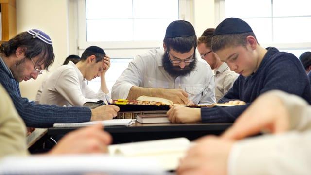 Junge jüdische Männer an einer Bibelschule.