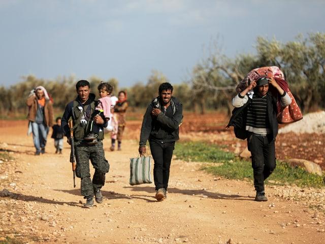 Menschen flüchten vor der türksischen Militäroffensive in Afrin.