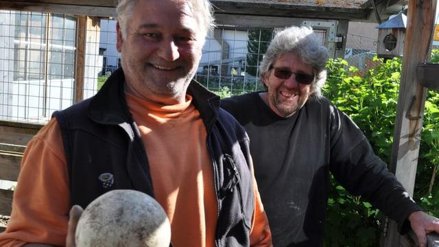 Erwin Lenz e Silvio Pinggera cun in ov en maun