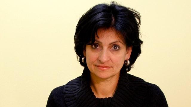 Porträt einer Frau mit schwarzen Haaren.