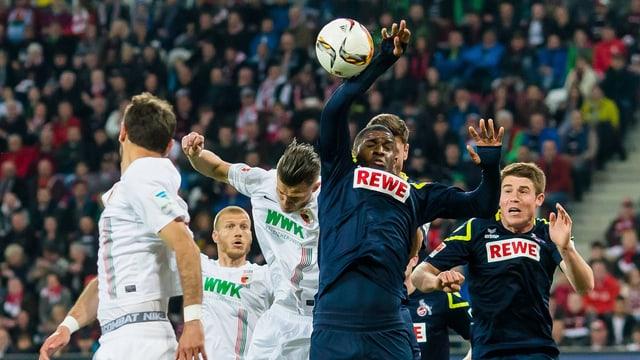 Kölns Modeste fliegt der Ball an den Arm.