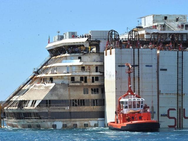 Das havarierte Luxusschiff von der Seite.