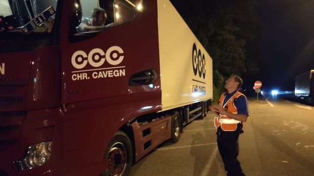 Polizist spirhct mit Lastwagenchauffeur.
