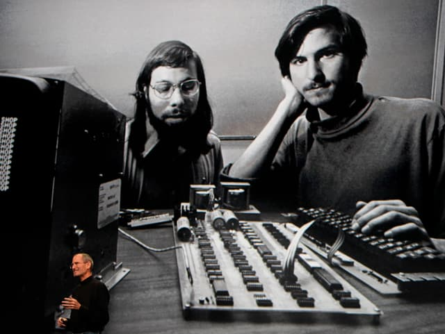 Steve Wozniak und Steve Jobs ca. 1975 vor einem Apple Mainboard.
