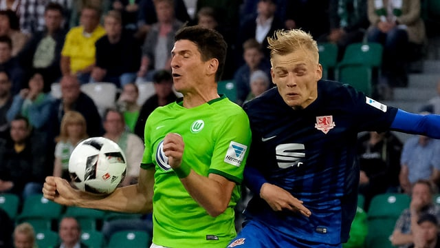 Mario Gomez – gestört vom Schweizer Saulo Decarli – springt der Ball an die Hand.
