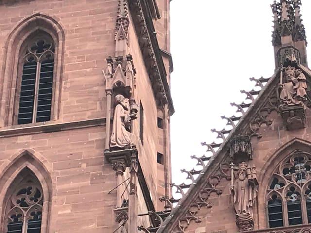 Einer der drei Könige mit rotem Sandstein gefertigt.