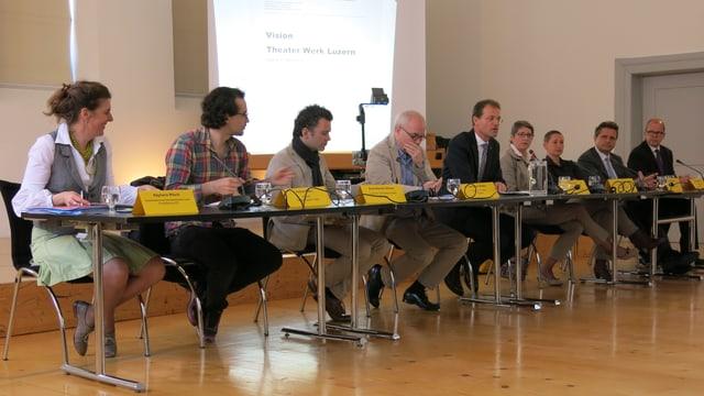 Vertreter aus Luzerner Politik und Kultur präsentieren die Vision Theater Werk Luzern.