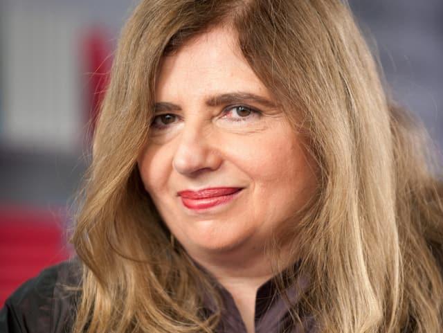 Nahaufnahme der Schriftstellerin Sibylle Lewitscharoff, die während der Frankfurter Buchmesse freundlich in die Kamera lächelt.