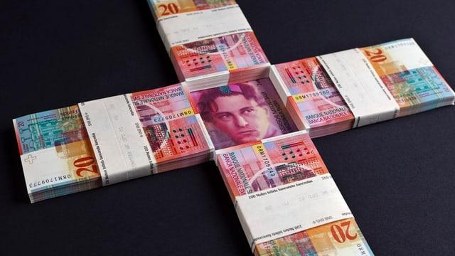 Geldnotenbündel zu einem Kreuz geformt