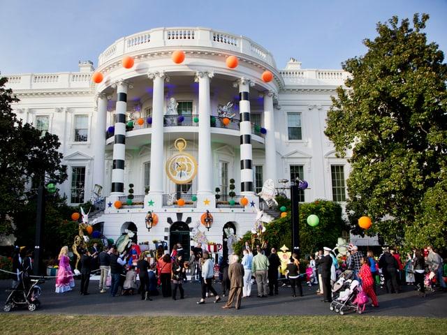 Zu sehen ist das weisse Haus an Halloween.
