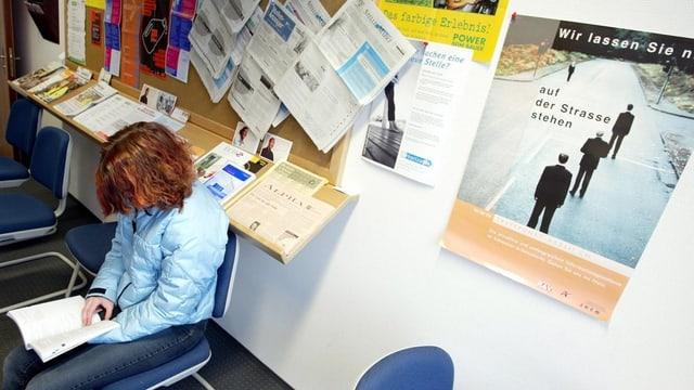 Eine Frau wartet in einem Arbeitsvermittlungszentrum auf eine Beratung