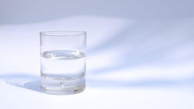 ein Glas Mineralwasser