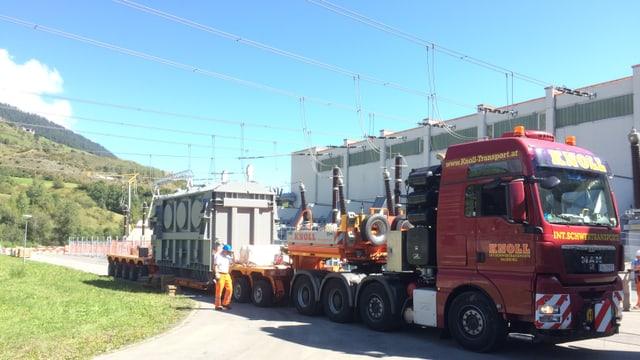 Il camiun cun il transformatur dad 86 tonnas en la centrala da las OEE a Pradella.
