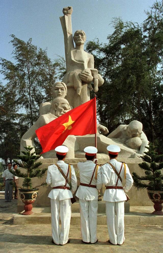 Soldaten vor der Gedenkstatue des Massakers am 30. Gedenktag.