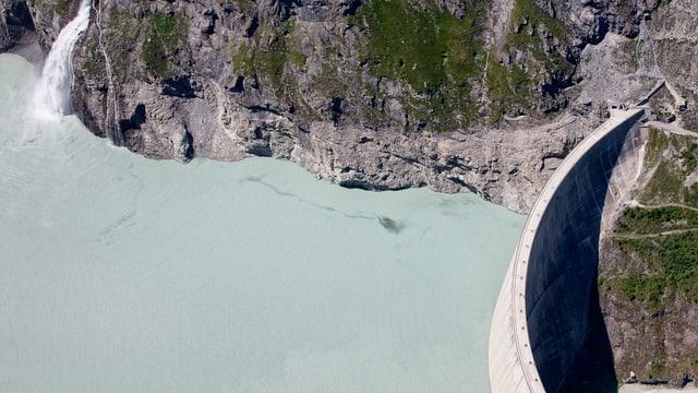Der Lac de Mauvoisin und sein 250 Meter hoher Staudamm.