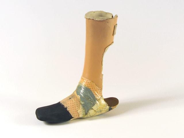 Eine Beinprothese vor weissem Hintergrund.