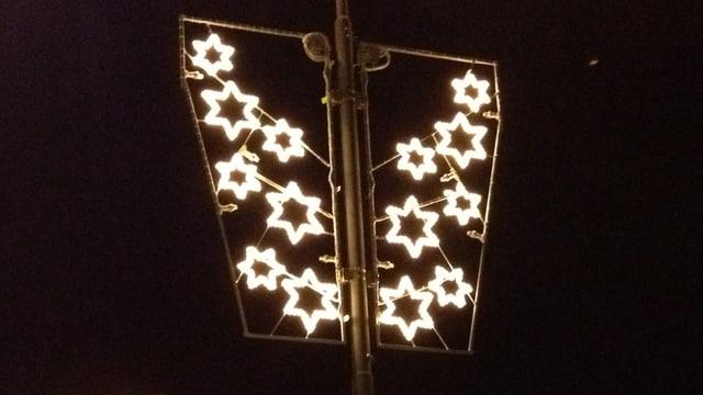 Weihnachtsbeleuchtung in Sternenform.