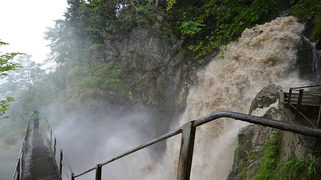 Sprudelnder Wasserfall.