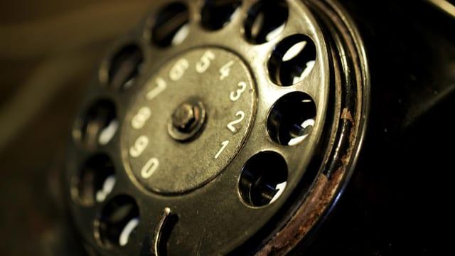 Wählscheibe eines schwarzen Telefons