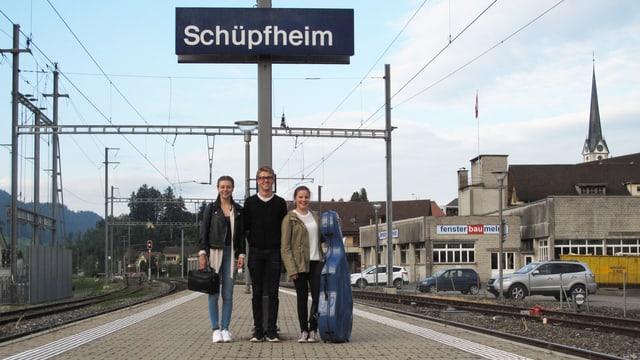 Drei junge Leute stehen am Bahnhof Schüpfheim.