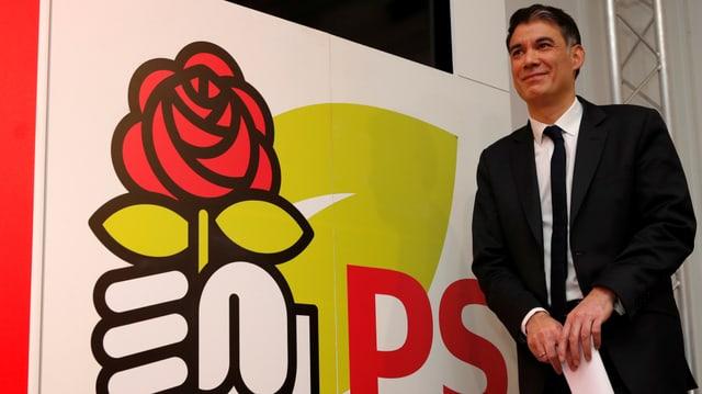 Faure neben einem Logo der französischen Sozialisten.