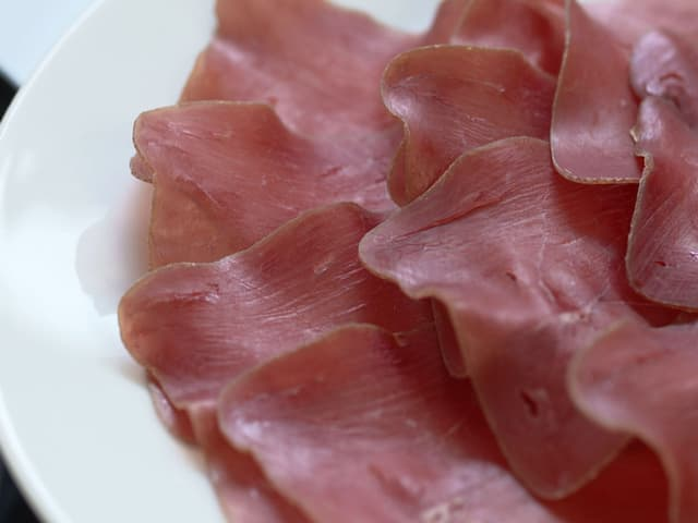 Bündnerfleisch auf dem Teller serviert.