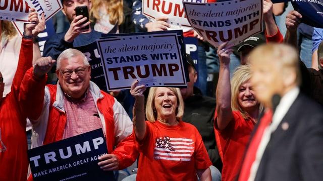maletg da fans dal candidat american Donald Trump