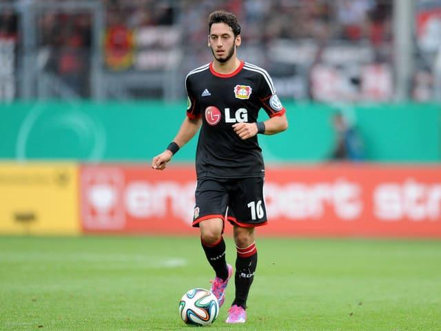 Hakan Calhanoglu führt den Ball in einem Testspiel von Bayer Leverkusen.