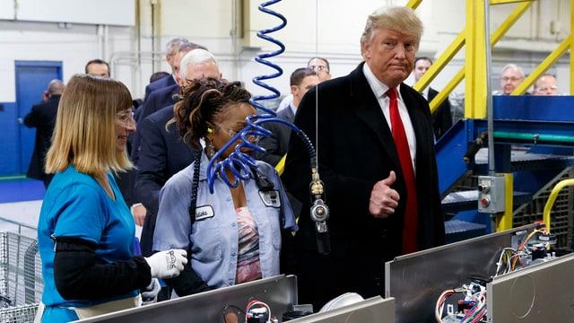 Donald Trump besucht eine Fabrik.