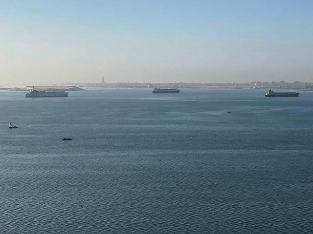 Os navios atracaram no meio do Canal de Suez porque não podem continuar. Um total de cerca de 150 navios de carga aguardam para continuar sua viagem.