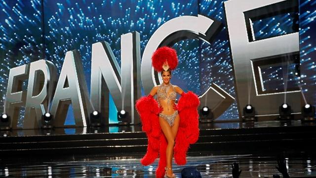 Die strahlende Gewinnerin Iris Mittenaere.  Im Glitzer-Bikini und Federboa