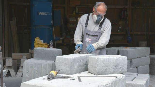 Steinmetz verarbeitet Sandstein