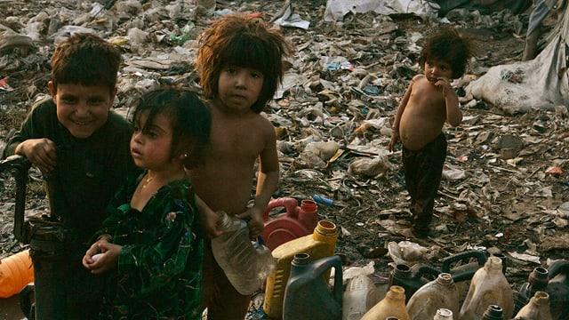 Kinder in einem Slum in Pakistan.