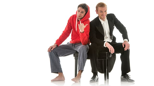 Benedikt Zeitner und Dominik Wagner von «Ass-Dur» sitzen auf einem Klavierstuhl